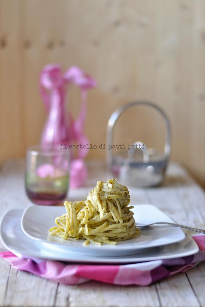 Linguine al pesto di basilico e menta con crema di mozzarella di bufala e polvere di caffè