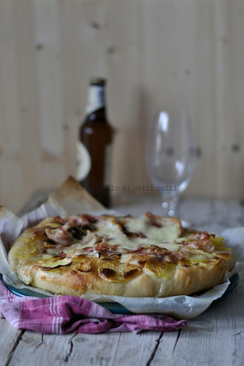 pizza bianco bacon, patate e scamorza