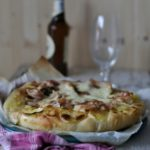Pizza bianca con bacon, patate e scamorza