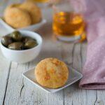 Biscottini salati con yogurt greco Parmigiano e pomodorini secchi